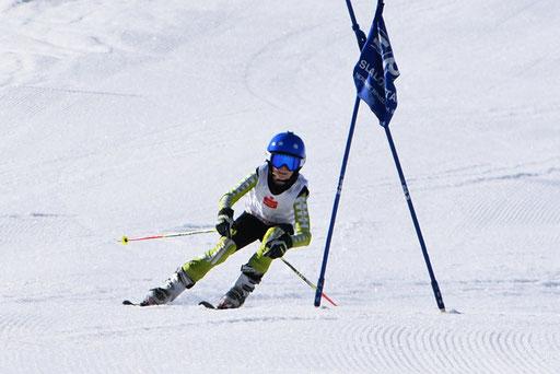 SV DJK Heufeld Skiteam Vereinsmeisterschaft 2019 Rennläufer in Hocke vor dem Tor.