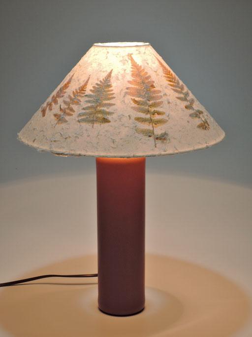 Keramikflasche mit Schirm aus Kozo und Farnen