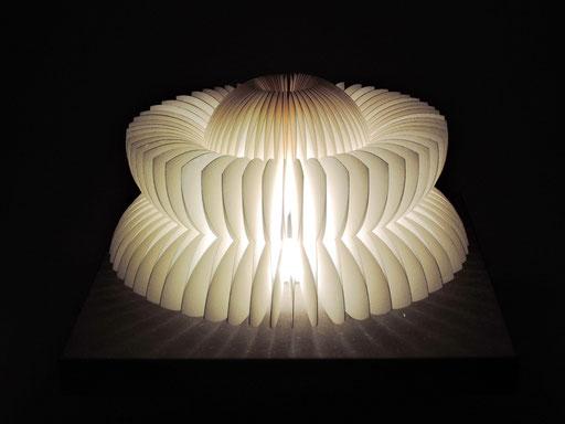 PAPIER-art ART-papier, Tischlampe aus Papierschichten, wandelbar, handgefertigt, weiß, Harald Metzler, Mattsee, Österreich