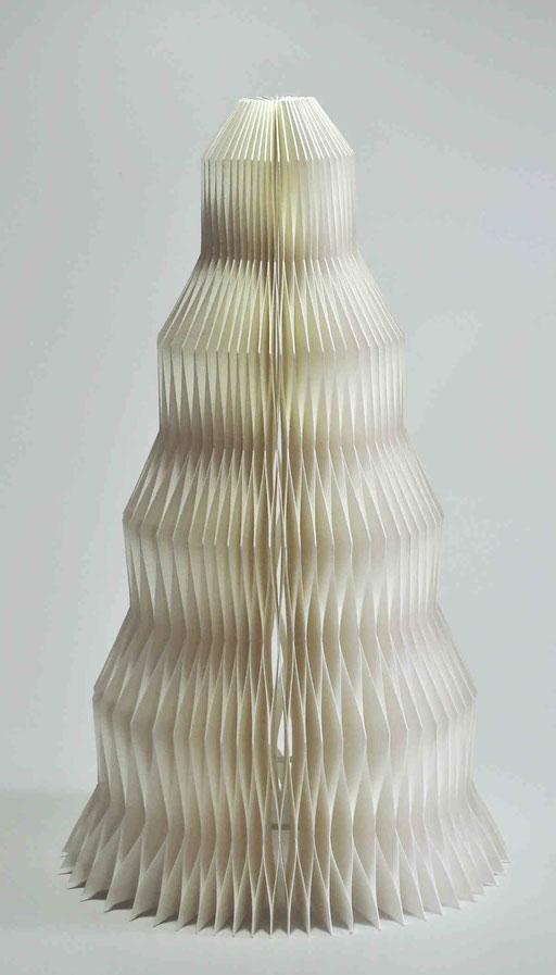 Zuckerhut I - 2016 - Dm 21 / H 34 cm / PAPIER-art ART-papier, Tischlampe aus Papierschichten, weiß, Harald Metzler, Mattsee, Österreich