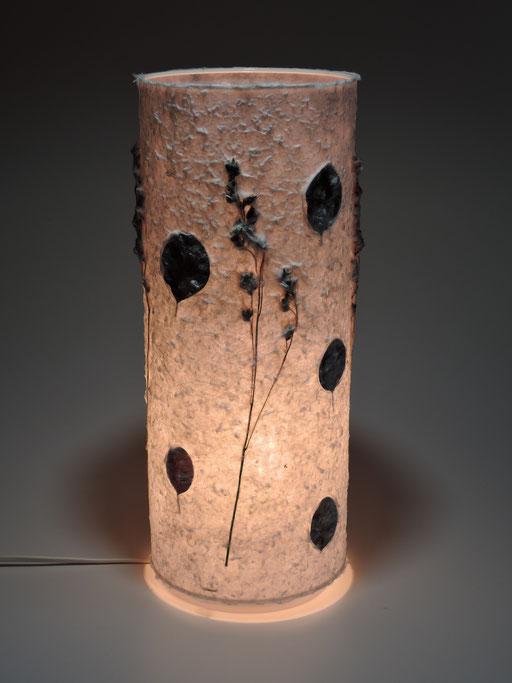 Tonnenlampe Abaka mit Blätter des Perückenstrauchs und Hirseähren