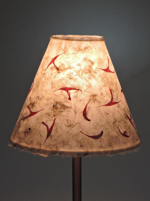 Tischlampe mit Metallfuß Schirm Kozo und Goldmelisse