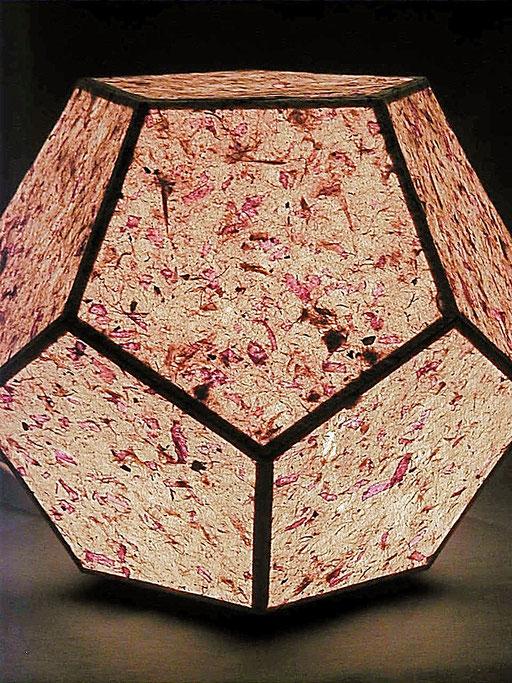 Dodekaeder Papier mit Dahlienblüten beleuchtet