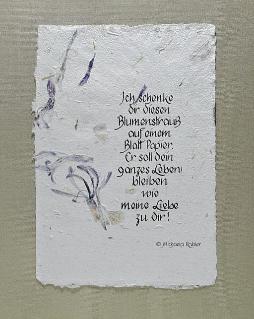handgesch. Blütenpapier m. Wiesenblüten und Kalligraphie