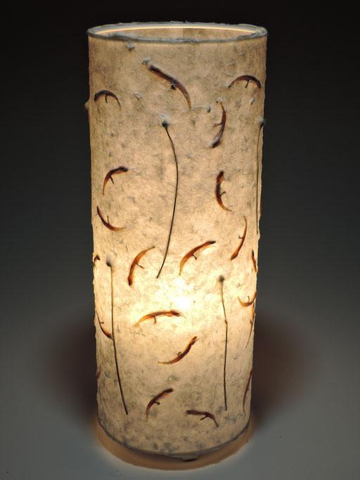 Tonnenlampe Abaka mit Löwenohrblüten und Herbstanemone