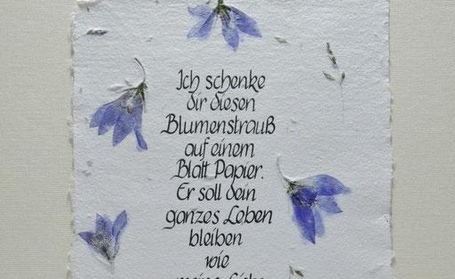 handgesch. Blütenpapier m. Wiesenblüten und Kalligraphie Detail
