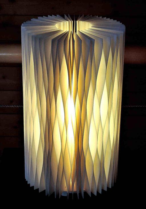Lichtkrause II - 2016 - Dm 19 / H 31 cm / PAPIER-art ART-papier, Tischlampe aus Papierschichten, weiß, Harald Metzler, Mattsee, Österreich