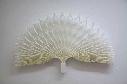 Fächer - 2012 - 80 x 50 cm / PAPIER-art ART-papier, Wandobjekt aus Papier, weiß, Kunstobjekt, Harald Metzler, Mattsee, Österreich