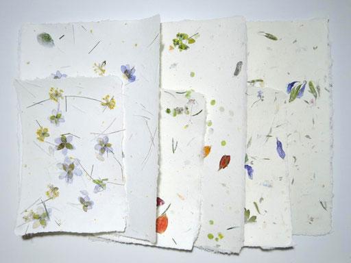 Handgeschöpftes Papier mit verschiedenen Blüten, Mattsee, Michaela Metzler, PAPIER-art ART-papier