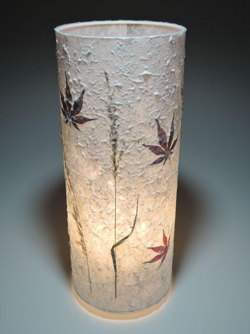 Tonnenlampe Kozo/Abaka mit Gräsern und japanischem Ahorn