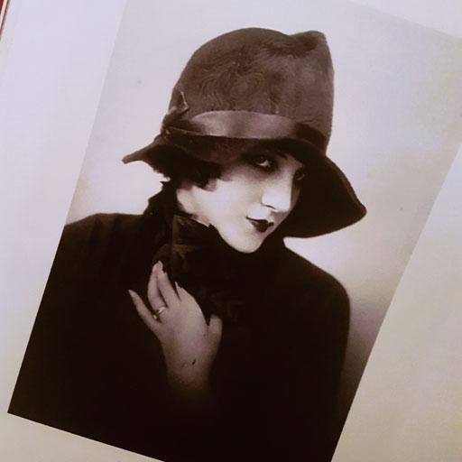 """Ausschnitt aus dem Buch """"Brennender Stoff"""" - Frau mit Hut von Herrmann Gerson, 1924"""
