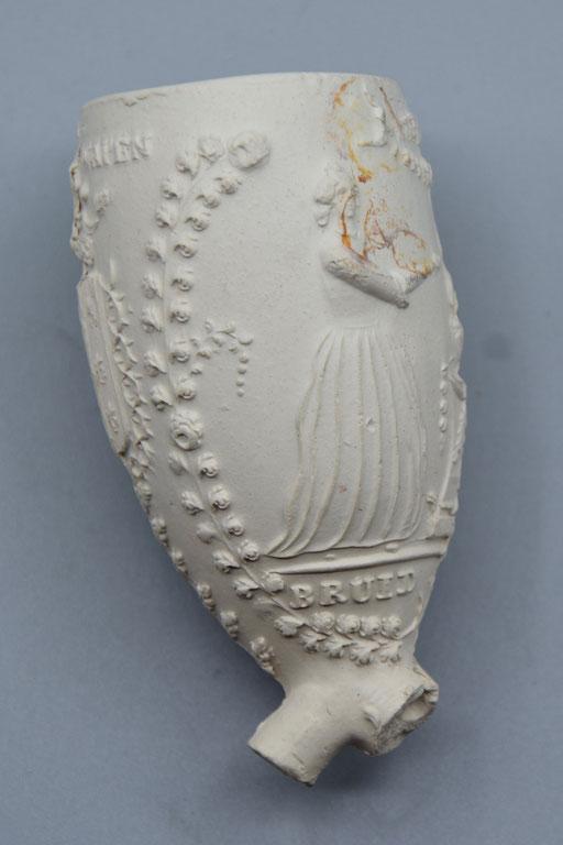 Bruid en Bruidegom aan altaar met daarop een brandend hart, hielmerk scheepje. Tekst 'GOUDSCHE WAPEN' boven wapen van Gouda