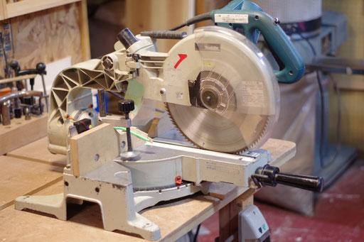 スライド丸のこ 指導料1,100円(税込) 高さ105mmまで 幅(奥行き)250mmまで 左45度まで右60度まで斜め切り可能
