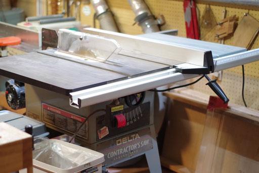 テーブルソー 指導料2,000円(税別) 縦切り板厚80mmまで 横切り70mmまで 測って切れる長さ830mmまで 右側に45度まで傾斜する