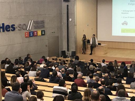 Infoteil im grossen Hörsaal der Fachhochschule Wallis, die Eltern werden zweisprachig informiert.