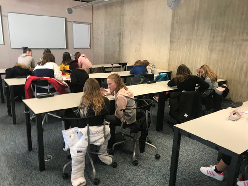 während die Eltern informiert werden, treffen sich die Schülerinnen und Schüler zum Kennenlernen, die Lehrerinnen und Lehrer aus dem Wallis und Neuenegg haben dazu Kennenlernspiele organisiert.