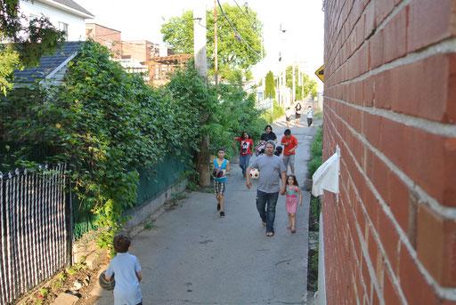 Passants dans la ruelle verte - le raccourci