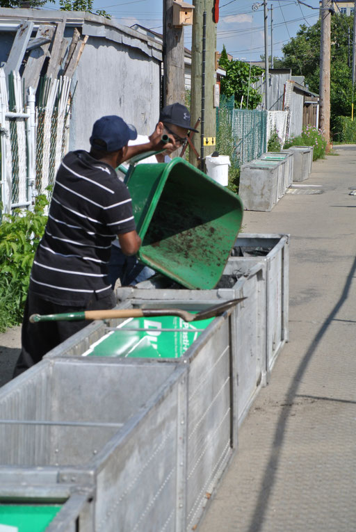 Entraide entre voisins dans la ruelle verte - le raccourci