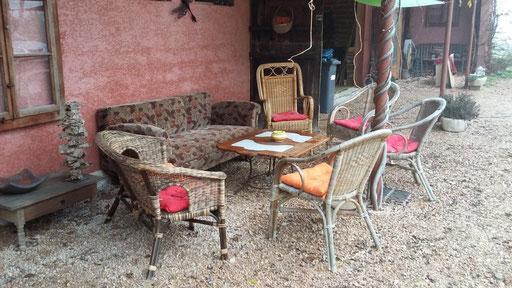 Vor dem Haus lädt eine gemütliche Sesselrunde zum Verweilen ein