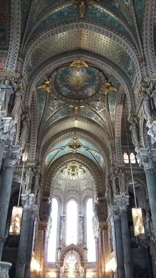 Die Basilika ist innen komplett mit Mosaik ausgekleidet