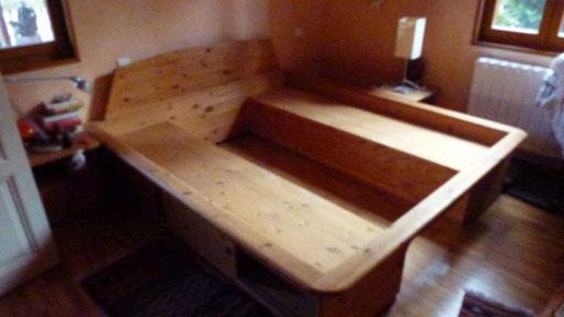 Mein altes Bett muss endlich weichen. Viel zu gross, viel zu mächtig. Aber vielleicht verwenden wir es als Sitzbank?