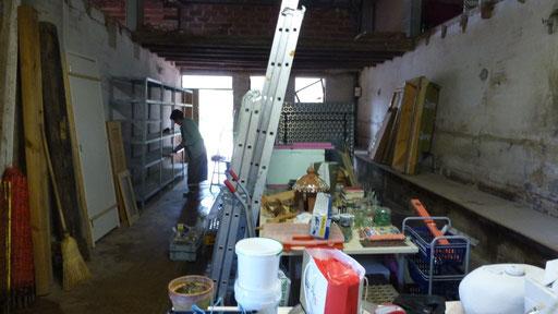 Regine und ich räumen das Atelier um