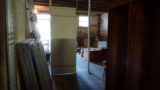 Das Atelier wird zweigeteilt, es wird eine Wand mit Türe eingezogen ...