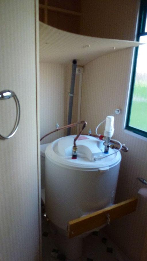 Der Boiler fiel von der Wand - direkt auf die Toilette