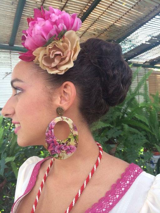Nuestra guapísima descocada Rosario Valderas. Lleva unos pendientes de buganvillas realizados exclusivamente para lucir en la romería de La Cruz de Arriba de Aznalcollar, de la que es dama de honor.