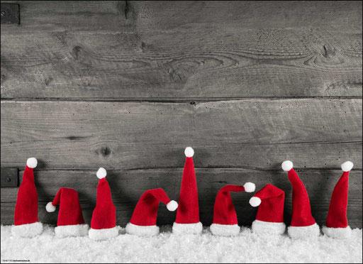 """""""Weihnachtliches Arrangement aus roten Zipfelmützen im Schnee"""" SKU: 18_42_115"""
