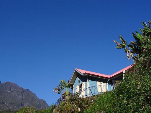 C'est une maison bleue, adossée à la colline.....Hell-Bourg
