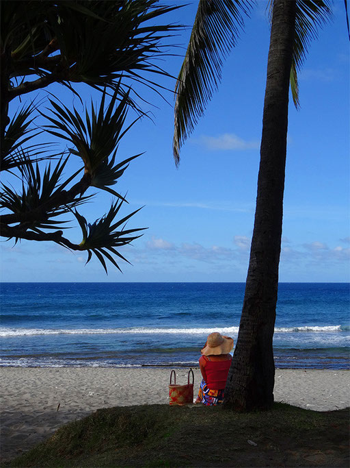 Plage de Grand-Anse....seule sur le sable, les pieds dans l'eau....