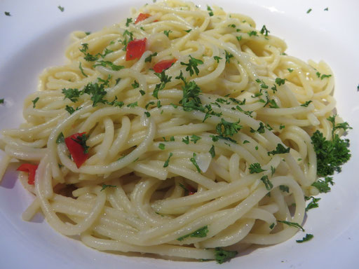 Spaghetti alli-olio - oder so ... Das Aussprechen kam dem Jodeln sehr nahe, aber immerhin klappte die Kommunikation mit der Bedienung ...