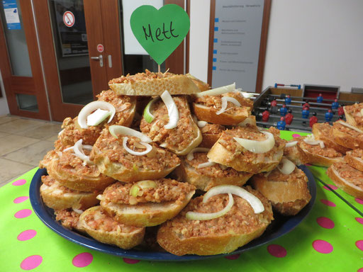 Mindestens-genauso-gut-wie-Mett - es gab auch Mett auf glutenfreiem Brot