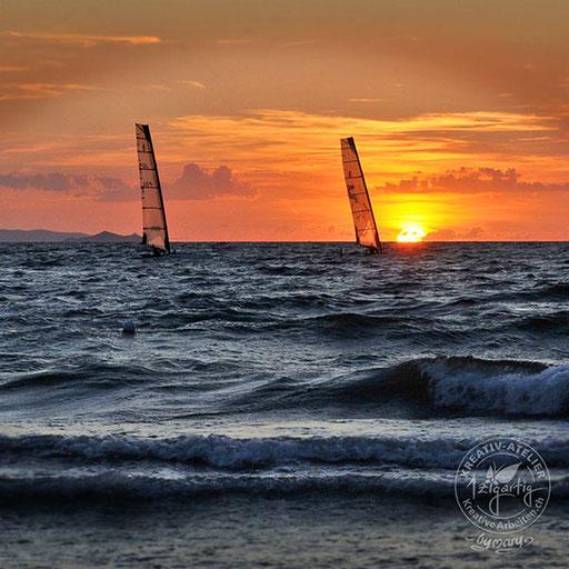 Traumhafte Abendstimmung mit Surfern auf dem Meer in der Toscana, © www.kreativearbeiten.ch