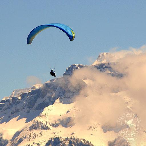 Paraglider fliegt hoch über Interlaken im Berner Oberland, © www.kreativearbeiten.ch