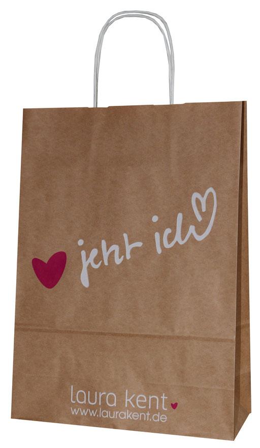 Papiertaschen braun mit Firmendruck als Griffe wurden Papierkordeln in weiß mit Griffblattverstärkung eingeklebt