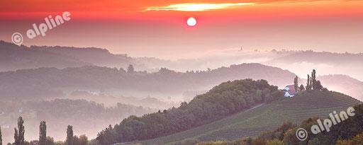Morgenstimmung über Kitzeck, südsteirische Weinregion, Steiermark. Panoramafoto © Ofner