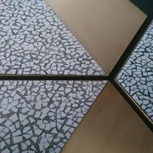 Set de 4 sous-verres en laiton décorés de laque avec incrustation de coquilles d'œufs - Dimension :  9,5 x 9,5 cm