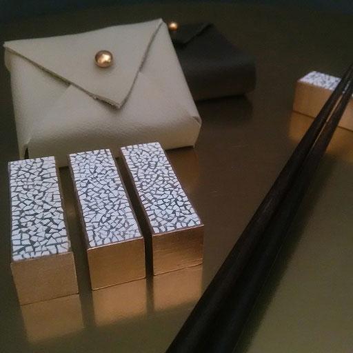 Set de 4 porte-couteaux ou baguettes en laiton décorés de coquilles d'œufs - Dimension :  5 x 1,6 x 1,6 cm