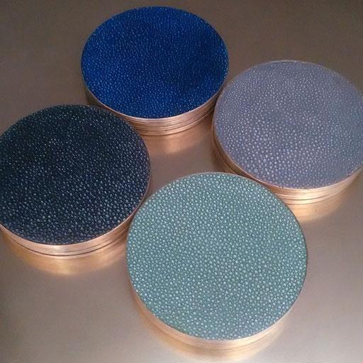 Set de 4 sous-verres en laiton décorés d'empreintes de Galuchat - Dimension :  9 cm dia