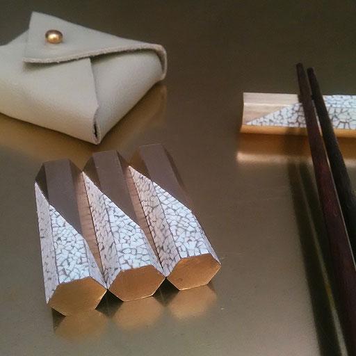 Set de 4 porte-couteaux ou baguettes en laiton décorés de coquilles d'œufs - Dimension :  5 x 1,2 x 1,2 cm