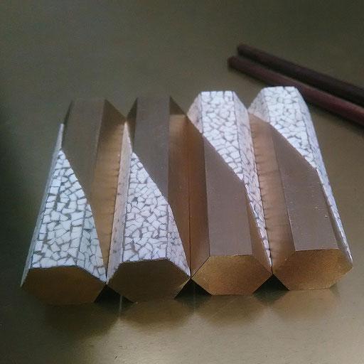 Set de 4 porte-couteaux ou baguettes en laiton décorés de coquilles d'œufs - Dimension :  5 x 1 x 1 cm