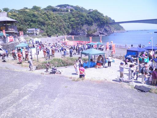 今日は岩海岸で豊漁豊作祭り。地元の人がたくさん集まり、野菜などいろんな売店も出しています。私は湯河原の中村屋の『茄子味噌』、真鶴産の新茶、メザシを買いました。