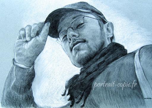portrait dessin au fusain et rehauts au crayon blanc , d après  photo  noir et blanc.