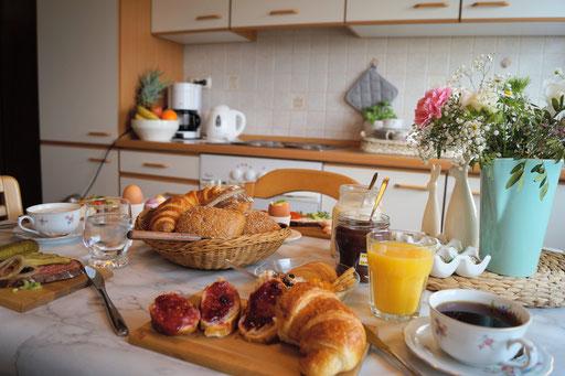 """Gemütliches Frühstück in unserer Ferienwohnung """"Lausbub"""" am Wachtküppel (Rhön)"""