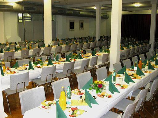 Zur Vorspeise eingedeckter Festsaal - Stadthalle Ettlingen
