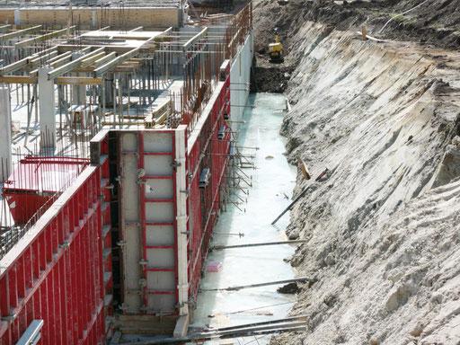 Weiße Wanne im Bauzustand mit sichtbarem Wasser in der Baugrube