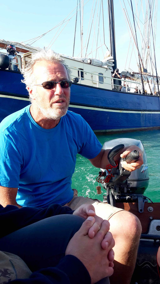 Jersey - Skipper Jan bringt uns mit dem Dinky an Land