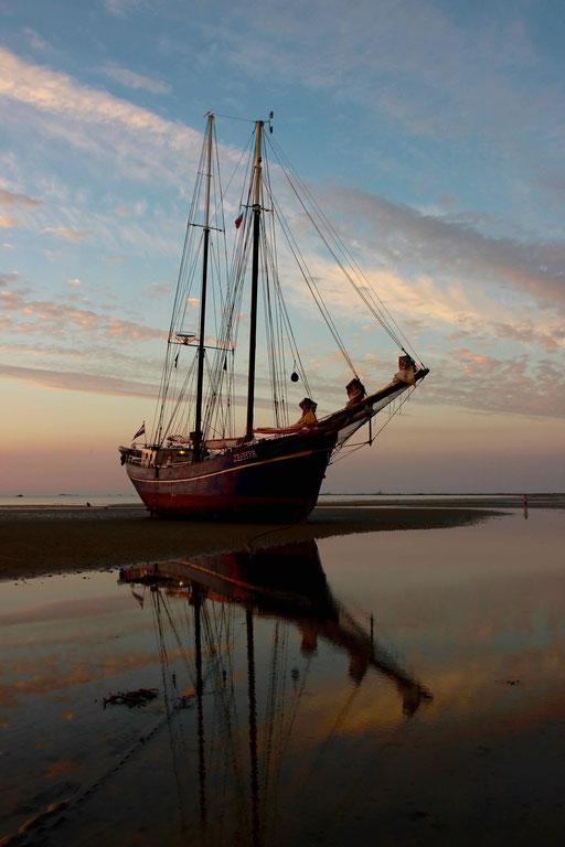 Jersey - Sonnenaufgang mit Trockenfallen bei Ebbe